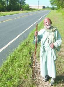 Nick Delle Valle, dressed as Biblical tax collector Zacchaeus, has walked across the USA 3 times. Via Union Daily Times, SC